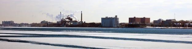 Breites panoramisches hochauflösendes Bild des kanadischen Ufers und des Flusses zwischen USA und Kanada Lizenzfreie Stockfotografie