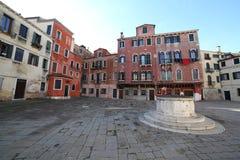 breites Quadrat nannte CAMPO in Venedig Italien und der alte Brunnen Stockfoto