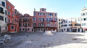breites Quadrat in Venedig Italien und der alte Brunnen Stockfotos