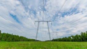 Breites Schuss timelapse von StromStromleitungen und von Hochspannungsmasten stock video