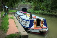 Breites Strahl narrowboat, das wartet, um Kanaltunnel zu betreten lizenzfreies stockbild