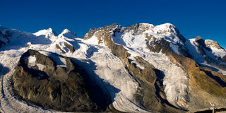 Breithorn avec le ciel bleu profond Image libre de droits