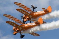 Breitling翼步行者飞行在形成的波音Stearman双翼飞机 库存图片