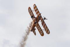 Breitling Wingwalkers & x28; AeroSuperBatics& x29; no modelo de Boeing-Stearman Imagem de Stock Royalty Free