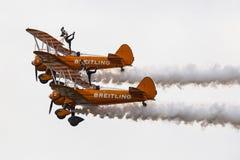 Breitling Wingwalkers & x28; AeroSuperBatics& x29; no modelo de Boeing-Stearman Fotos de Stock Royalty Free