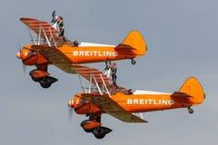 Breitlings-Flügelwanderer, die Fliegenanzeige in Doppeldeckern Weinlese Boeings Stearman Wahlreden halten lizenzfreie stockbilder