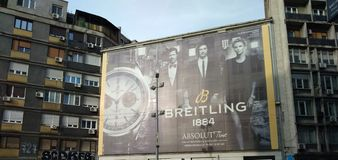 Breitlingsaanplakbord in Belgrado, Servië, Maart 2019 stock foto