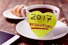 Brekafast, smartphone y manda un SMS a 2017 resoluciones Fotografía de archivo