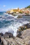 Breken de ruwe overzeese van Genua Ligurië Italië golven achtergrond van het districtsnervi van rotsen de schilderachtige Genoese stock afbeeldingen