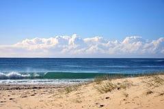 Brekende golf op een kustachtergrond royalty-vrije stock afbeeldingen