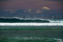 Brekende golven bij strand Royalty-vrije Stock Foto's