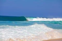 Brekende golven in Hawaï Stock Afbeeldingen