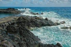 Brekende golven op de rotsen stock foto's