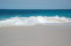 Brekende golven op het strand Royalty-vrije Stock Afbeeldingen