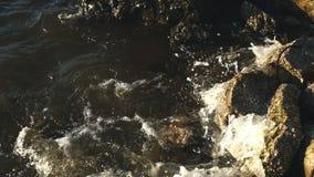Brekende golven op rotsen stock video