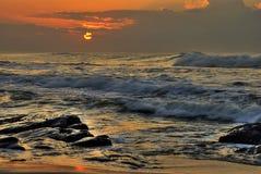 Brekende golven op rotsen Royalty-vrije Stock Foto