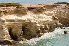 Brekende golven op rotsen Royalty-vrije Stock Afbeeldingen