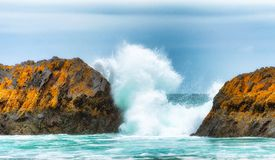 Brekende Golven tussen Intertidal Rotsen royalty-vrije stock foto's