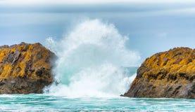 Brekende Golven tussen Intertidal Rotsen stock foto