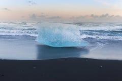 Brekende ijsberg op zwart zandstrand tijdens de recente winter, IJsland Royalty-vrije Stock Foto