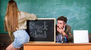 Brekende regels Studentenverleidster Verleidt de studenten minirok met sexy billen leraar De discipline van het schoolgedrag royalty-vrije stock afbeeldingen