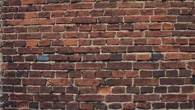 Brekende rode bakstenen muur stock footage