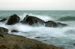 Brekers op de overzeese kust Royalty-vrije Stock Foto's