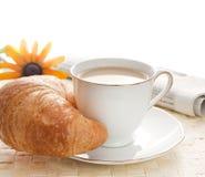 Brekfast de la mañana con el periódico Imagenes de archivo