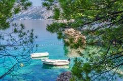 Brela, Хорватия Чудесное место Brela с кристаллом - ясные Адриатическое море и ароматность сосен в лете Далмация, Makarska Стоковое Изображение RF