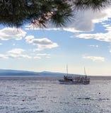 Brela, Croácia - 24 de junho de 2019: Um barco de prazer navega no mar para uma excursão das ilhas em um dia de verão ensolarado fotografia de stock royalty free