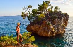 Brela-Felsen, Kroatien lizenzfreies stockbild