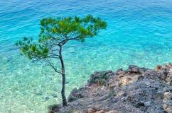 Brela, Kroatien im Sommer Makarska Riviera, Dalmatien und haarscharfes adriatisches Meer Stockfotos
