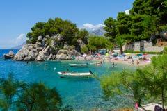 Brela, Kroatien - 25. Juli 2017: setzen Sie, adriatisches Meer und Boote im Sommer auf den Strand Makarska Riviera Stockbild