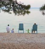 Brela La Croatie - 14 juin 2019 : Famille au bord de la mer le soir dans un café en plein air images stock
