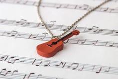 Breloczek gitara na notatkach Obraz Stock
