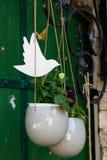 Breloczek puszkuje z kwiatami i zieleniami obrazy stock
