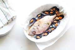 Brema de mar cocida con los mejillones foto de archivo
