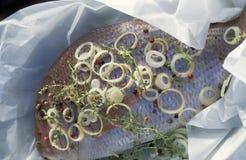 Brema de mar cocinada en papel de cera Imagen de archivo libre de regalías