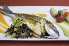 A brema de prata fresca serviu com batatas caçadas e dois puré vegetal diferente 2 Fotos de Stock Royalty Free