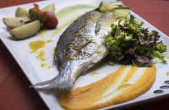 A brema de prata fresca serviu com batatas caçadas e dois puré vegetal diferente 1 Fotografia de Stock Royalty Free