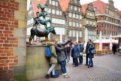 BREMA, GERMANIA - 23 MARZO 2016: Turisti che prendono le immagini di se stessi dalla statua famosa nel centro di Brema, conosciut Fotografie Stock