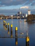 Brema, Germania - pianta idroelettrica al fiume Weser con la fila delle poste d'attracco gialle nella priorità alta fotografia stock libera da diritti