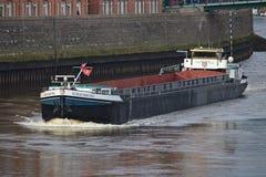 Bremen, Alemania - 23 de noviembre de 2017 - buque interior en el río Weser del th en la velocidad con el embarcadero de piedra e Fotos de archivo