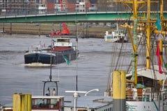 Bremen, Alemania - 23 de noviembre de 2017 - buque interior que pasa un puente a través del río Weser con los edificios residenci Fotos de archivo libres de regalías