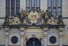 Bremen, Alemania - 7 de noviembre de 2017 - frontón rico adornado sobre la entrada principal a la Cámara de Comercio con l de oro Imagenes de archivo