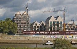Bremen, Alemania - 14 de septiembre de 2017 - emplazamiento de la obra de la orilla con las grúas, los edificios residenciales en Imagen de archivo