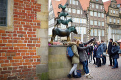 BREMEN, DEUTSCHLAND - 23. MÄRZ 2016: Touristen, die Fotos von selbst durch berühmte Statue in der Mitte von Bremen, bekannt als d Stockfotografie