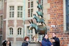 BREMEN, DEUTSCHLAND - 23. MÄRZ 2016: Touristen, die Fotos von selbst durch berühmte Statue in der Mitte von Bremen, bekannt als d Stockbild