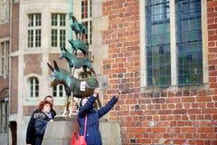 BREMEN, DEUTSCHLAND - 23. MÄRZ 2016: Touristen, die Fotos von selbst durch berühmte Statue in der Mitte von Bremen, bekannt als d Stockfotos