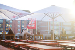 BREMEN, DEUTSCHLAND - 23. MÄRZ 2016: Tourist, der ein Bier in einem Restaurant auf einem embarktment von Weser-Fluss isst Lizenzfreie Stockfotos